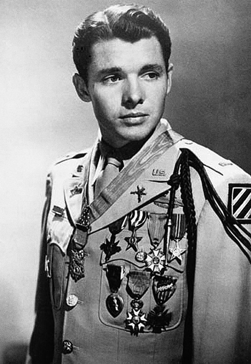 Murphy posing with his medals | Source: Wikimedia Commons