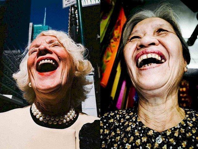 Deux amies riant à gorge déployée. l Source: Flickr