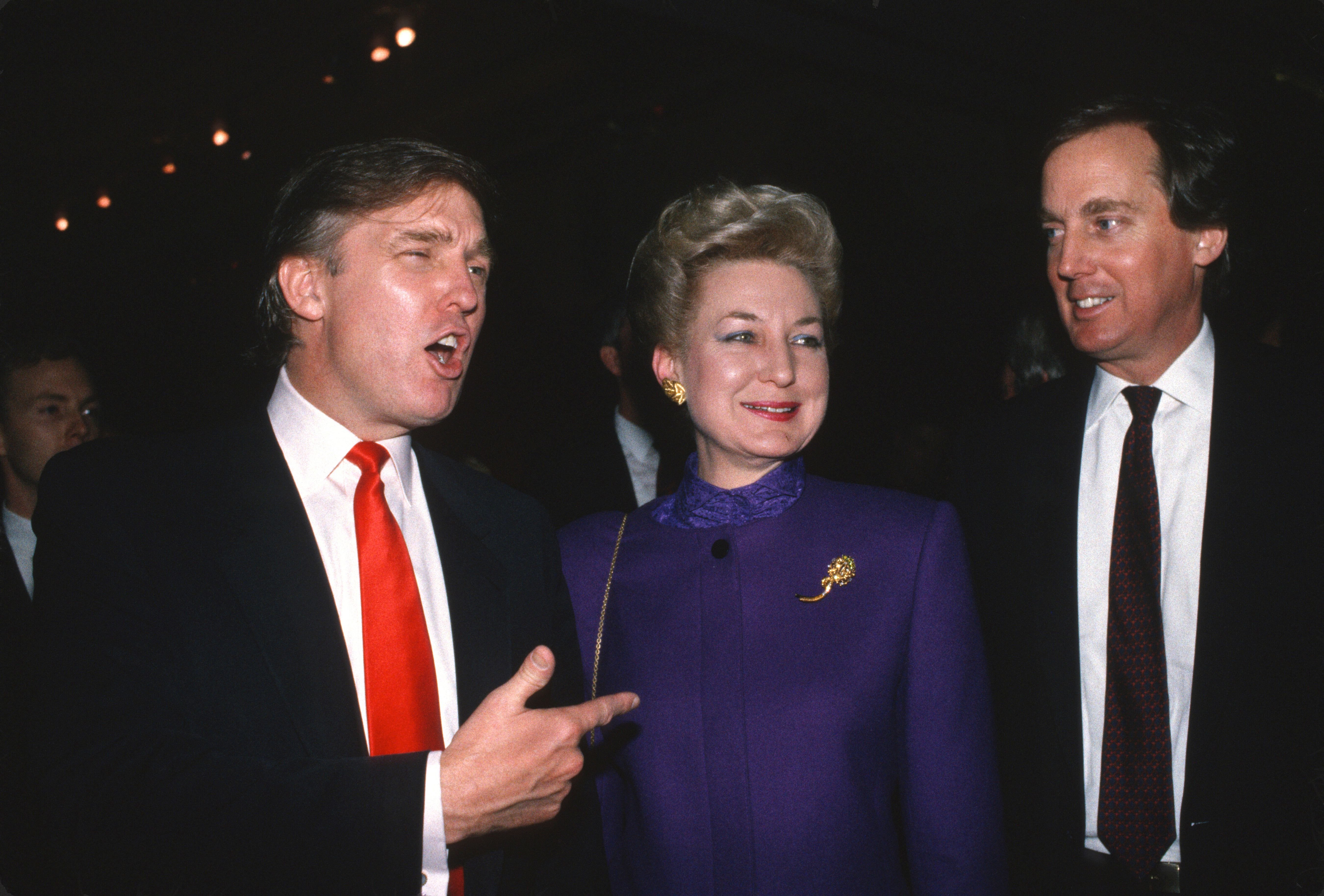 Donald Trump avec sa soeur Maryanne Trump Barry et son frère Robert Trump à Atlantic City, New Jersey. | Photo : Getty Images