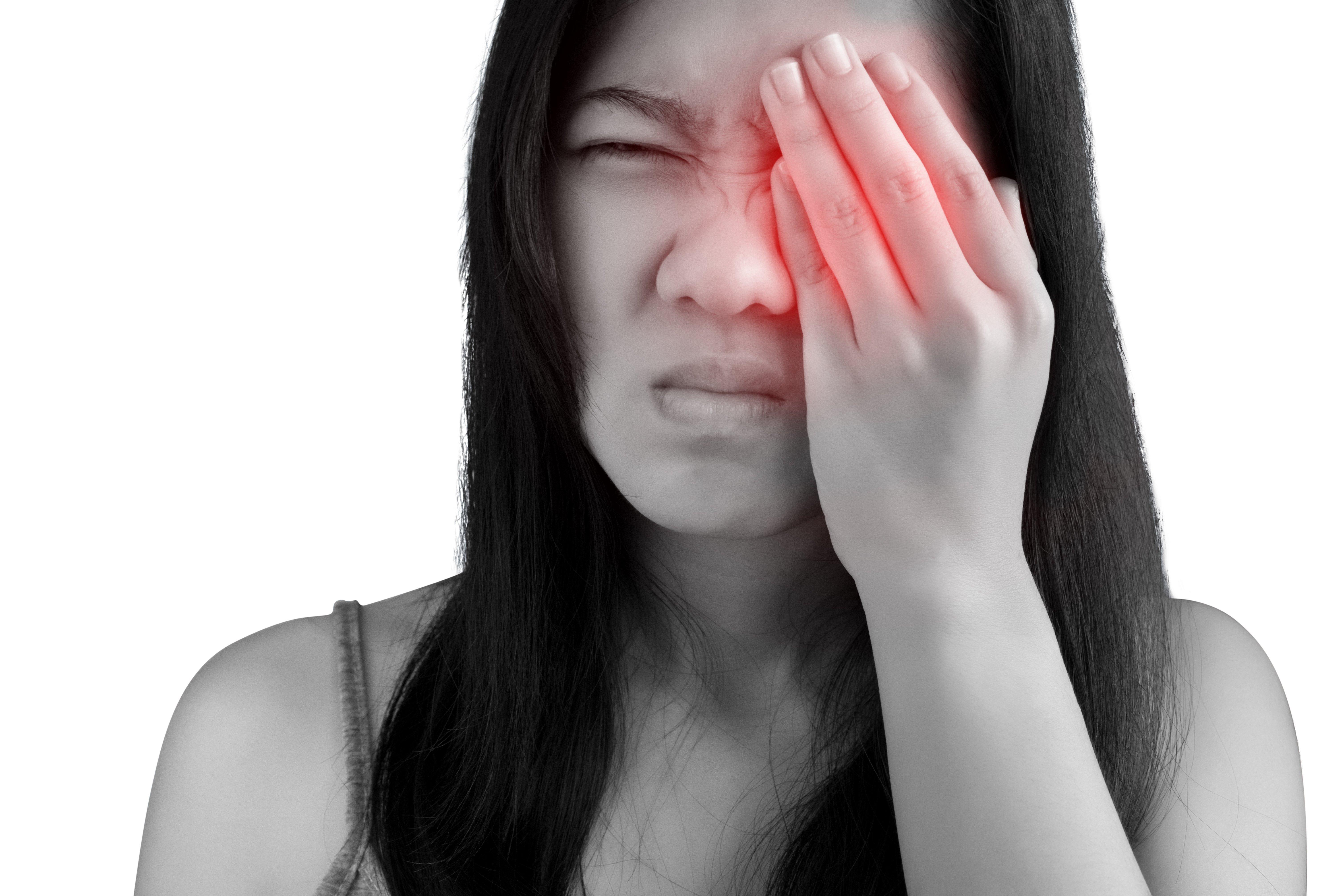 Une femme qui a mal aux yeux. Photo : Shutterstock.