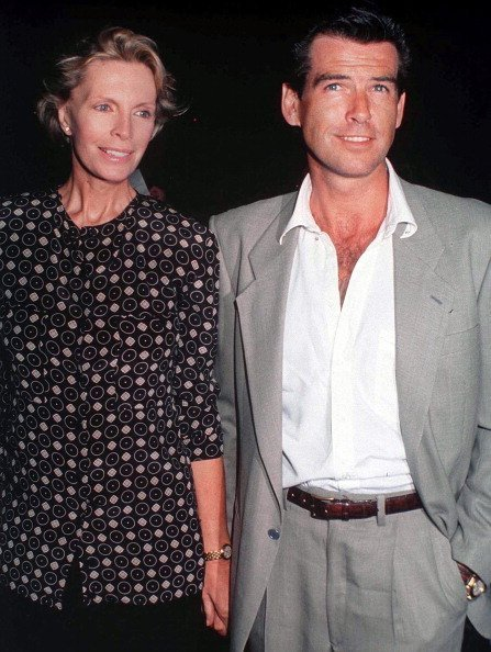 Pierce Brosnan avec sa femme, l'actrice Cassandra Harris, vers 1990. | Photo : Getty Images