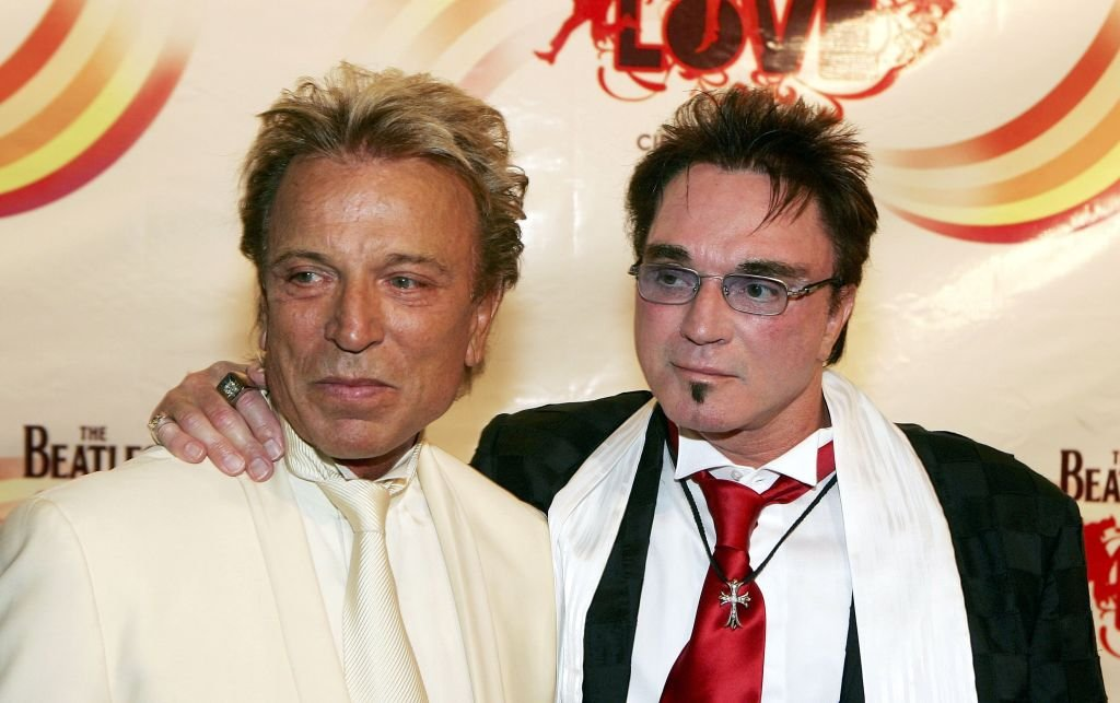 "Siegfried Fischbacher und Roy Horn treffen bei der Gala-Premiere von ""The Beatles LOVE by Cirque du Soleil"" im Mirage Hotel und Casino am 30. Juni 2006 in Las Vegas, Nevada ein. 