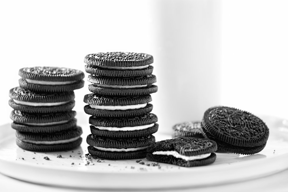 A photo of Oreo chocolate cookies stacked with milk. | Photo: Shutterstock