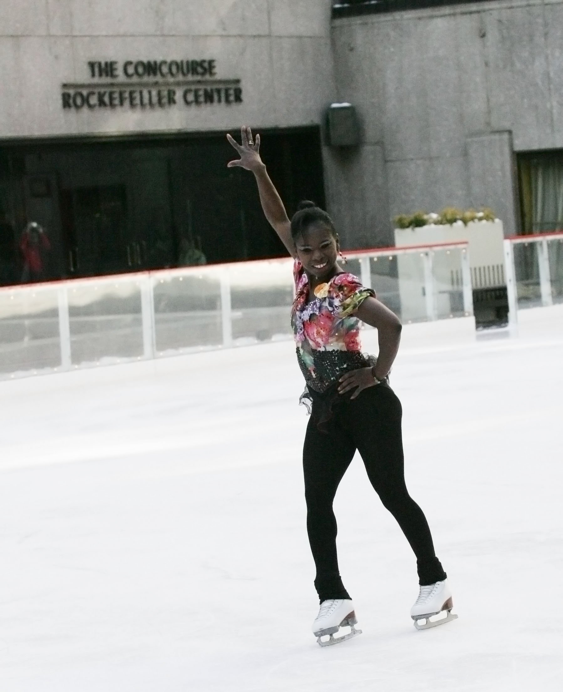 Surya Bonaly performs a back flip at the ice rink at Rockefeller Center on January 21, 2009 | Photo: Getty Images