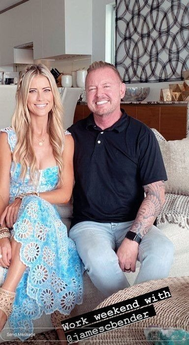 Christina Anstead and her colleague pose on a couch | Photo: Instagra/ Christina Anstead