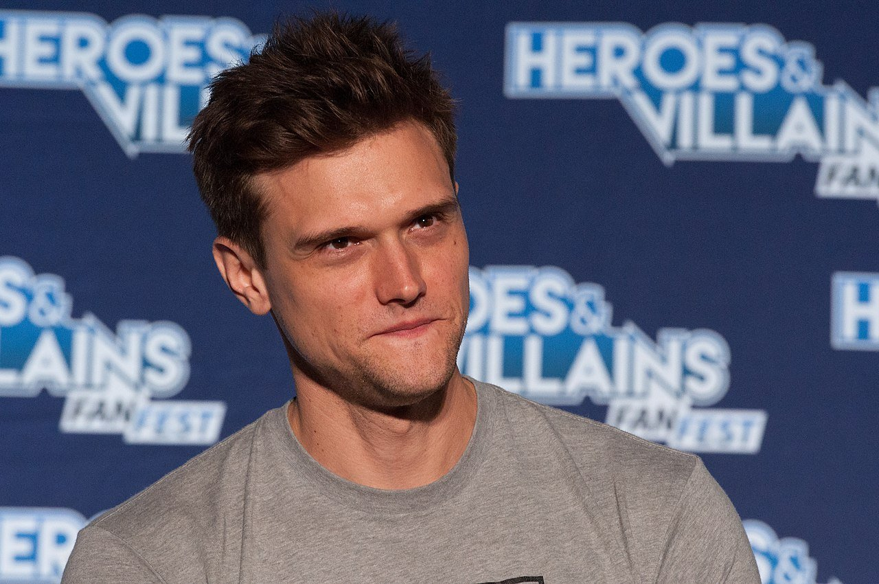 Hartley Sawyer speaking at the Heroes & Villains event in Edison, New Jersey on September 9, 2018 | Photo: Wikimedia/Heroes & Villains/HVFFNYNJ2018Flash-ALS-40 (43272171860)/CC BY-SA 2.0