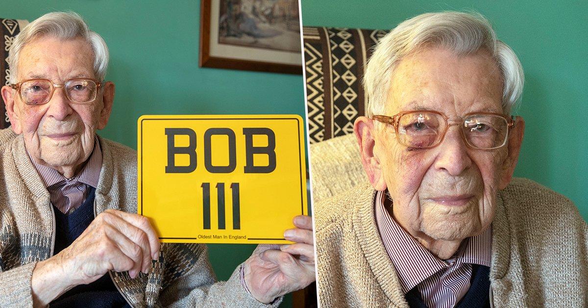 Bob Weighton dans sa maison tenant une plaque montrant son âge | Photo : Unilad