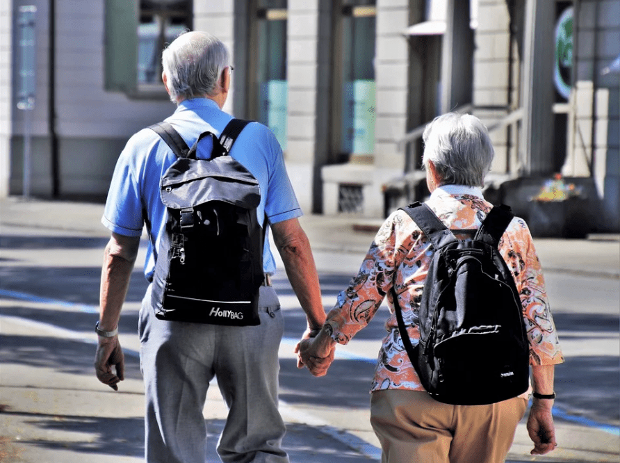 Elderly couple walking while holding each other's hands | Photo: Pixabay