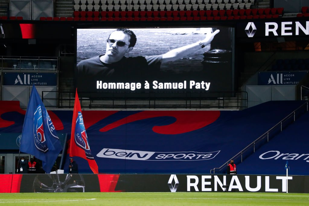 Un hommage à Samuel Paty et une minute de silence sont observés avant le match de Ligue 1 entre le Paris Saint-Germain et le FCO de Dijon au Parc des Princes le 24 octobre 2020 à Paris, France. | Photo : Getty Images