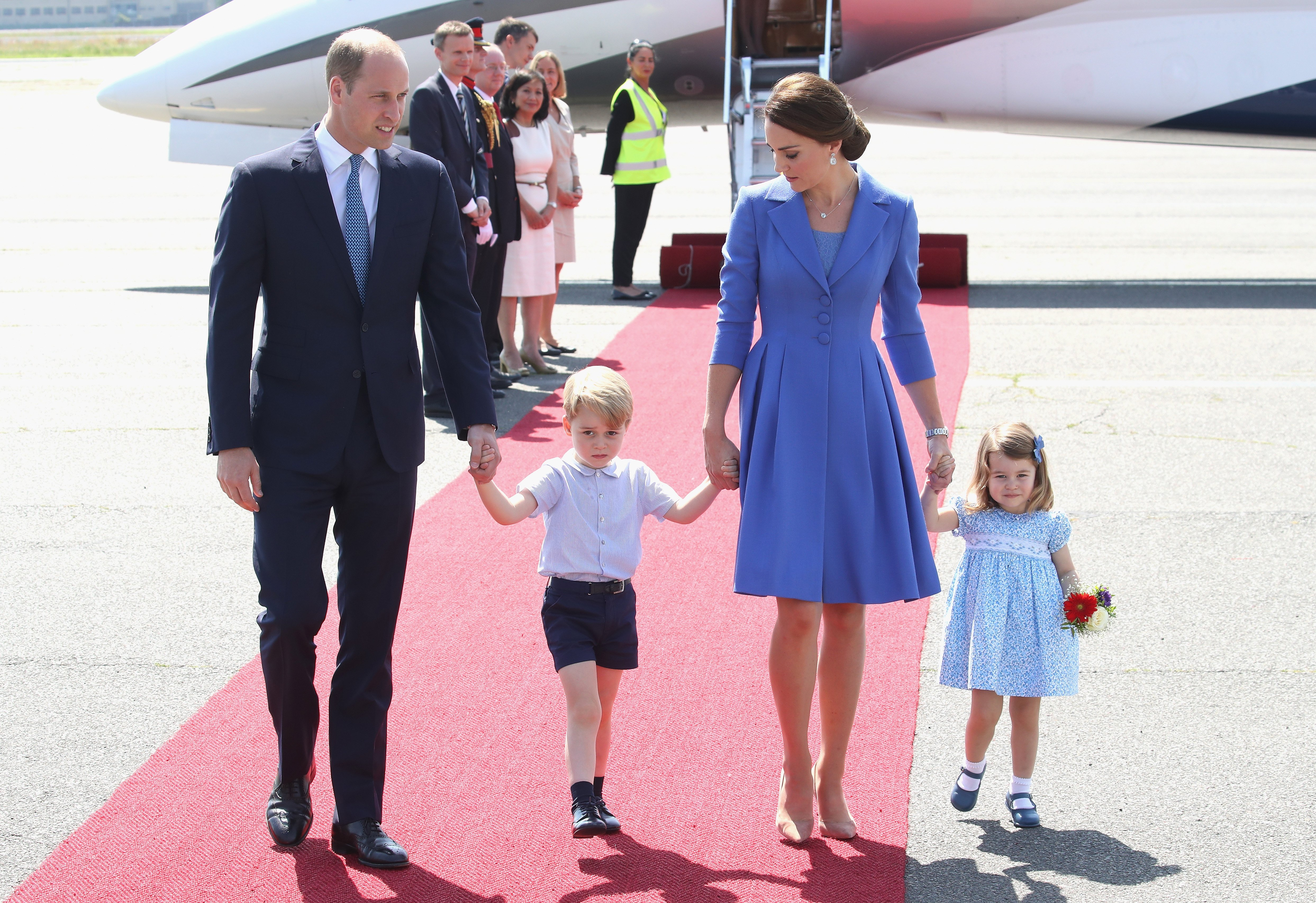 Prince William, Duke of Cambridge, Catherine, Duchess of Cambridge, Prince George of Cambridge and Princess Charlotte of Cambridge arrive at Berlin Tegel Airport during an official visit to Poland and Germany on July 19, 2017  | Photo: GettyImages
