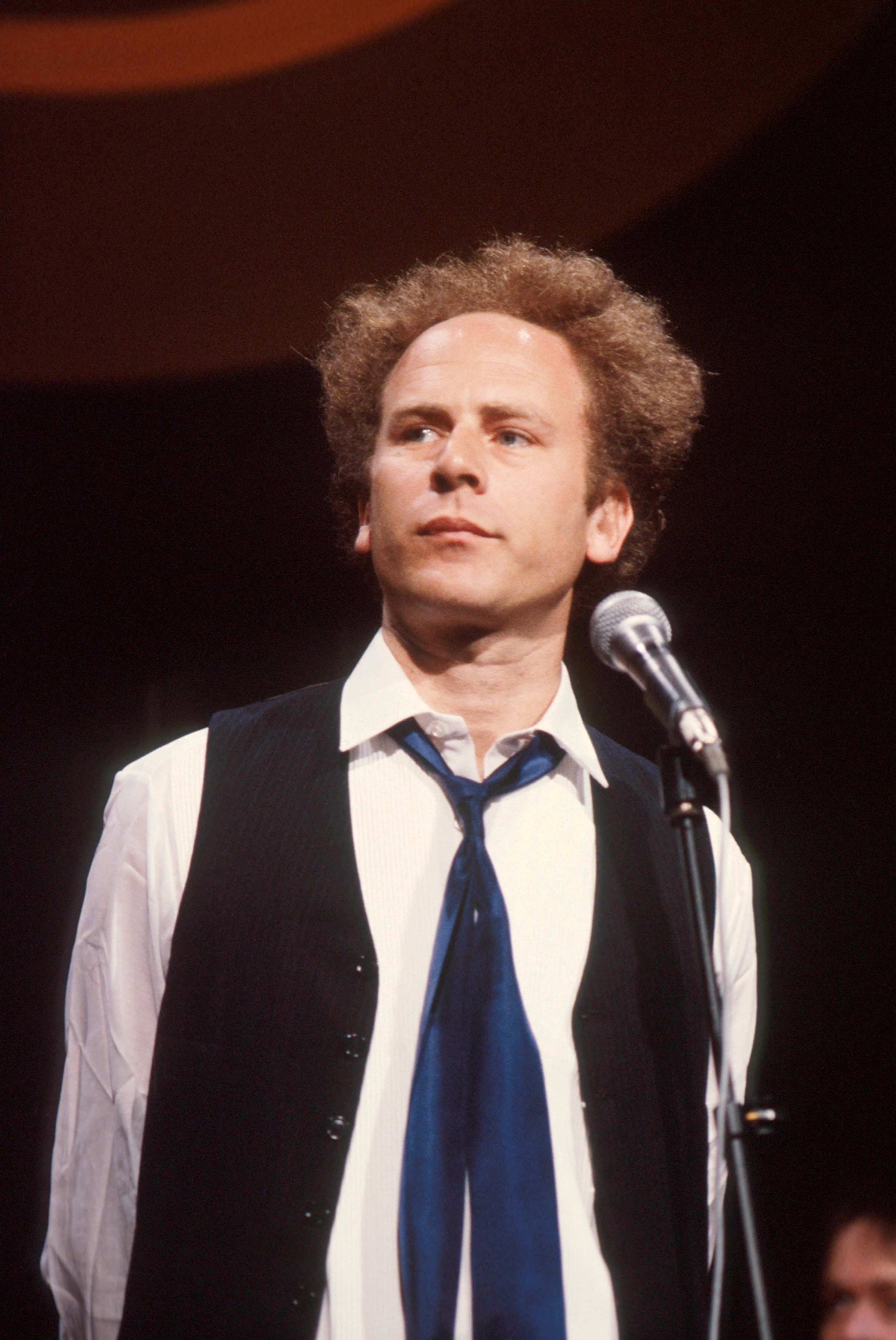 Art Garfunkel performs on a TV show, circa 1975. | Photo: Getty Images