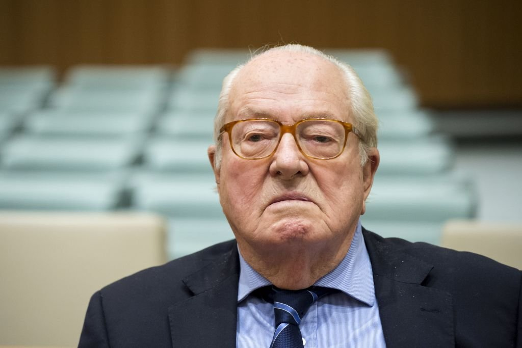 Jean-Marie Le Pen waits prior to appearing before the Court of Justice of the European Union over accusations of misuse of European parliament funds, on November 23, 2017. | Photo : Getty Images