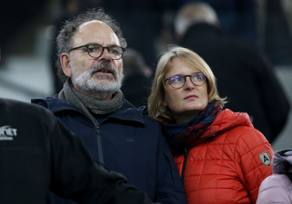 Jean-Pierre Darroussin et son épouse Anna Novion assistent au match de Ligue 1 entre l'Olympique de Marseille (OM) et le Paris Saint-Germain (PSG) au Stade Vélodrome le 28 octobre 2018 à Marseille, France. | Photo : Getty Images