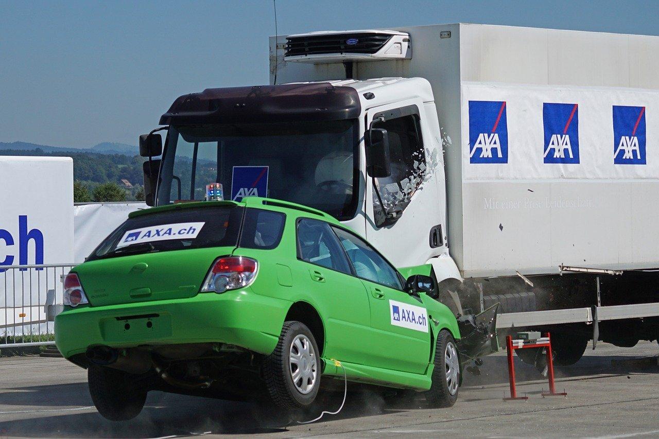 Collision entre une voiture et un camion.   Photo : Pixabay