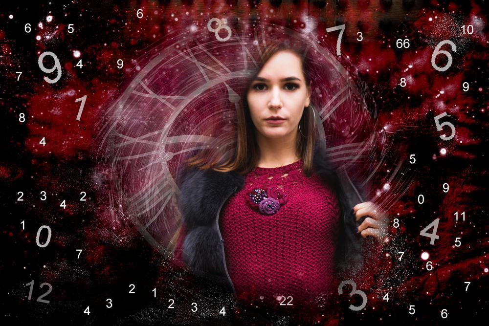 Mujer joven rodeada de números. | Foto: Shutterstock