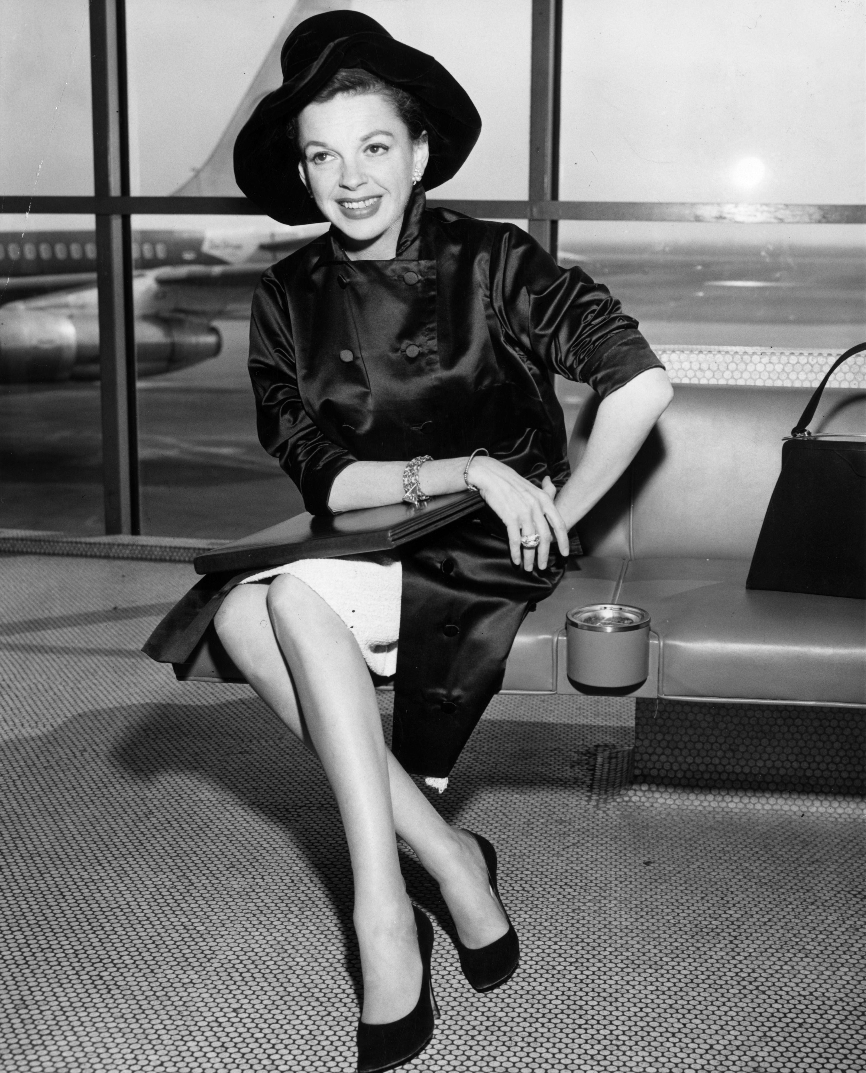 Singer and film star Judy Garland at an airport on January 01, 1955   Photo: Getty Images
