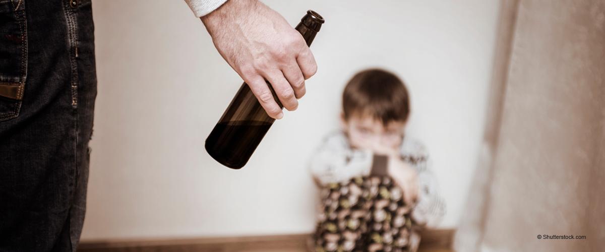 Vater wirft den Sohn durch eine Mauer, während er betrunken ist