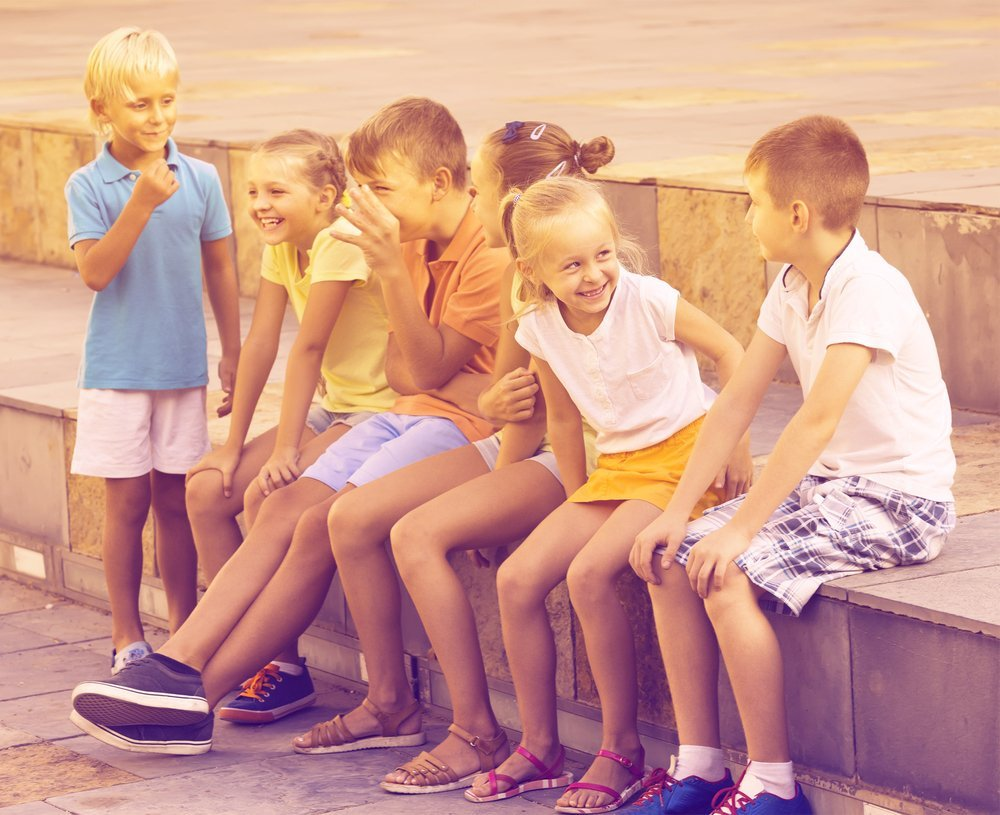 Group of kids laughing. | Photo: Shutterstock