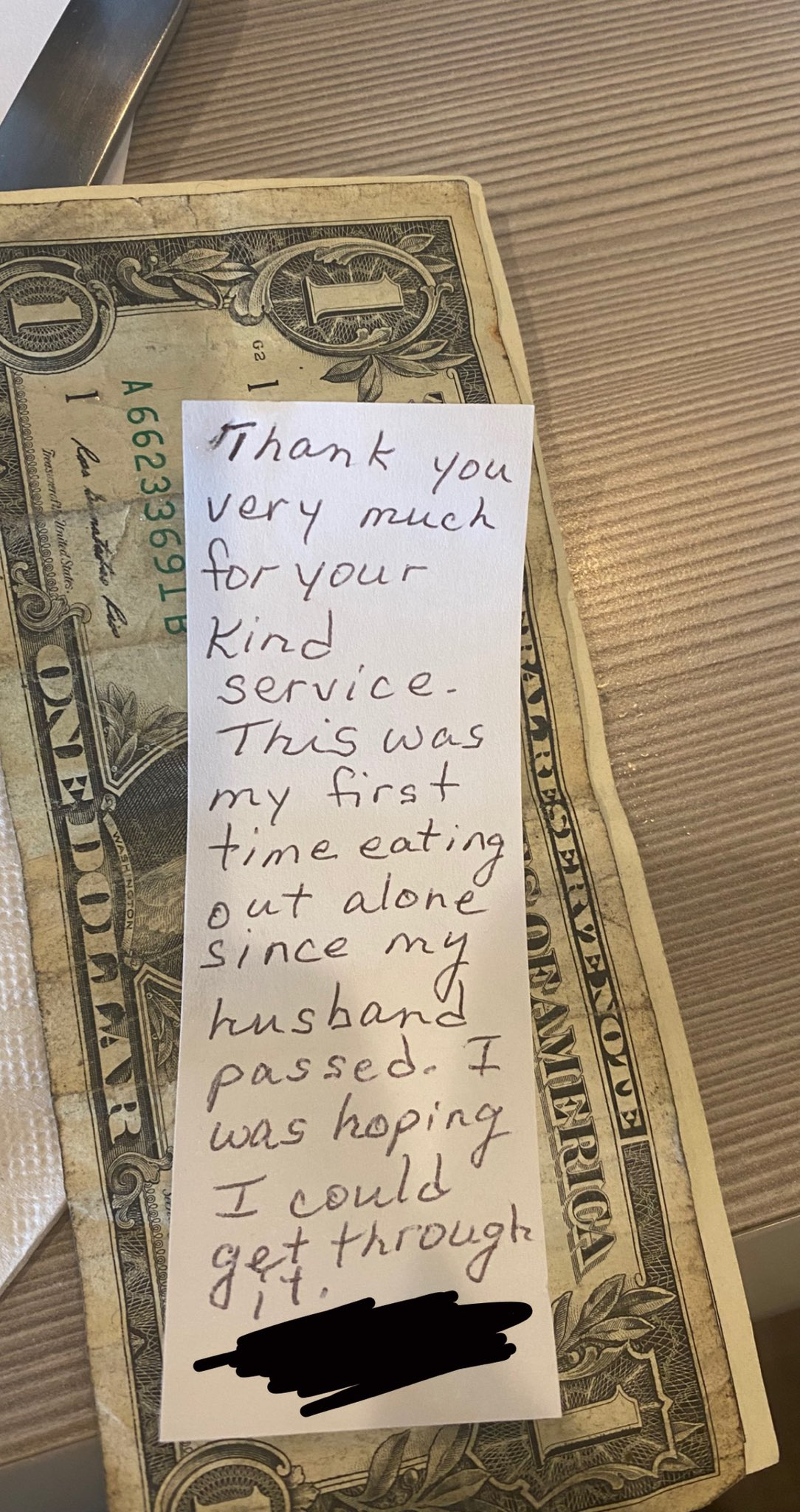 A viral note that was left behind by an elderly woman as a way to thank her kind waitress | Photo: Twitter/alienpopstarr