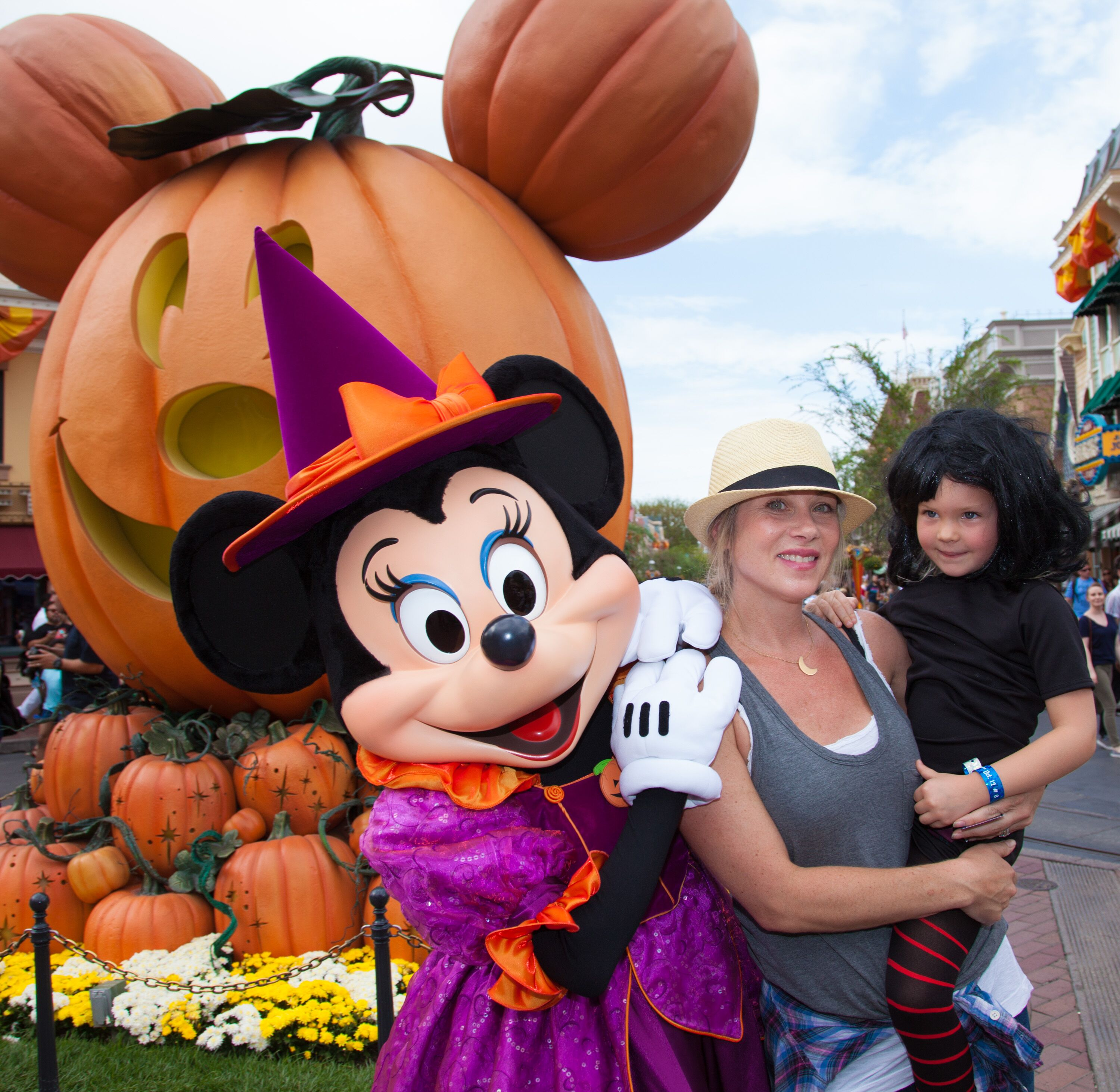 """Christina Applegate and daughter Sadie LeNoble celebrate """"Halloween Time"""" with Minnie Mouse in 2015 