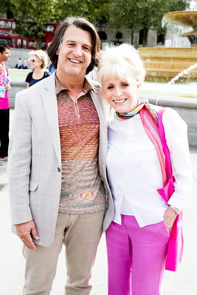 Dame Barbara Windsor and Scott Mitchell at Trafalgar Square in London. | Photo: Getty Images.
