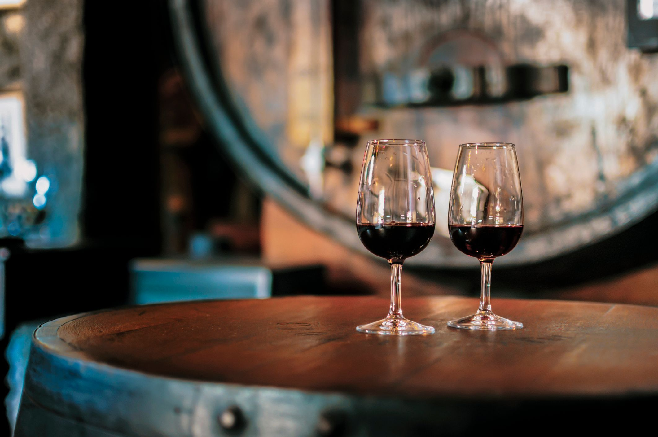 Close-Up Of Alcoholic Drinks Served On Wooden Table In Restaurant. | Foto von: Stock-Fotografie via Getty Images