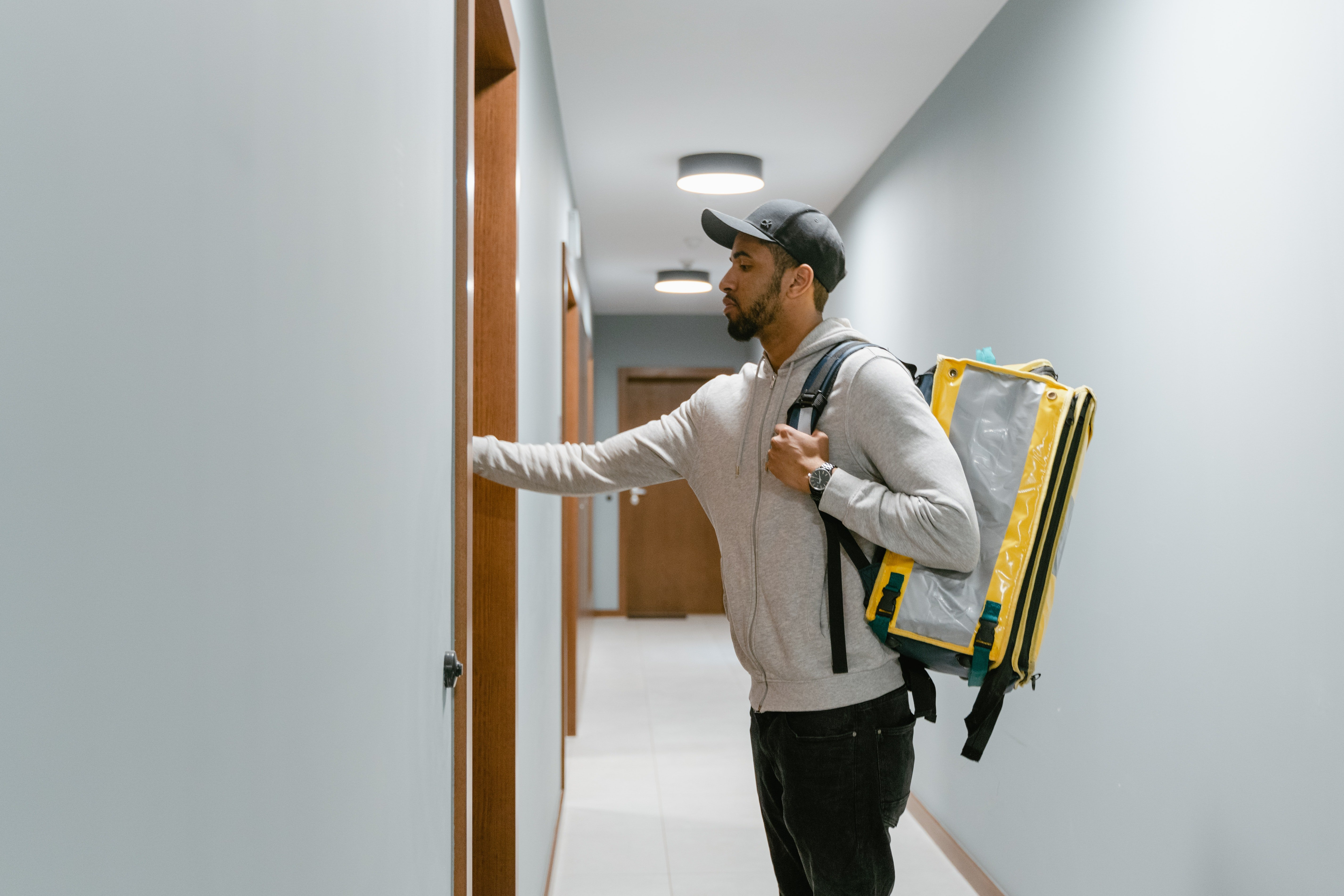 Delivery man knocking on a door | Photo: Pexels
