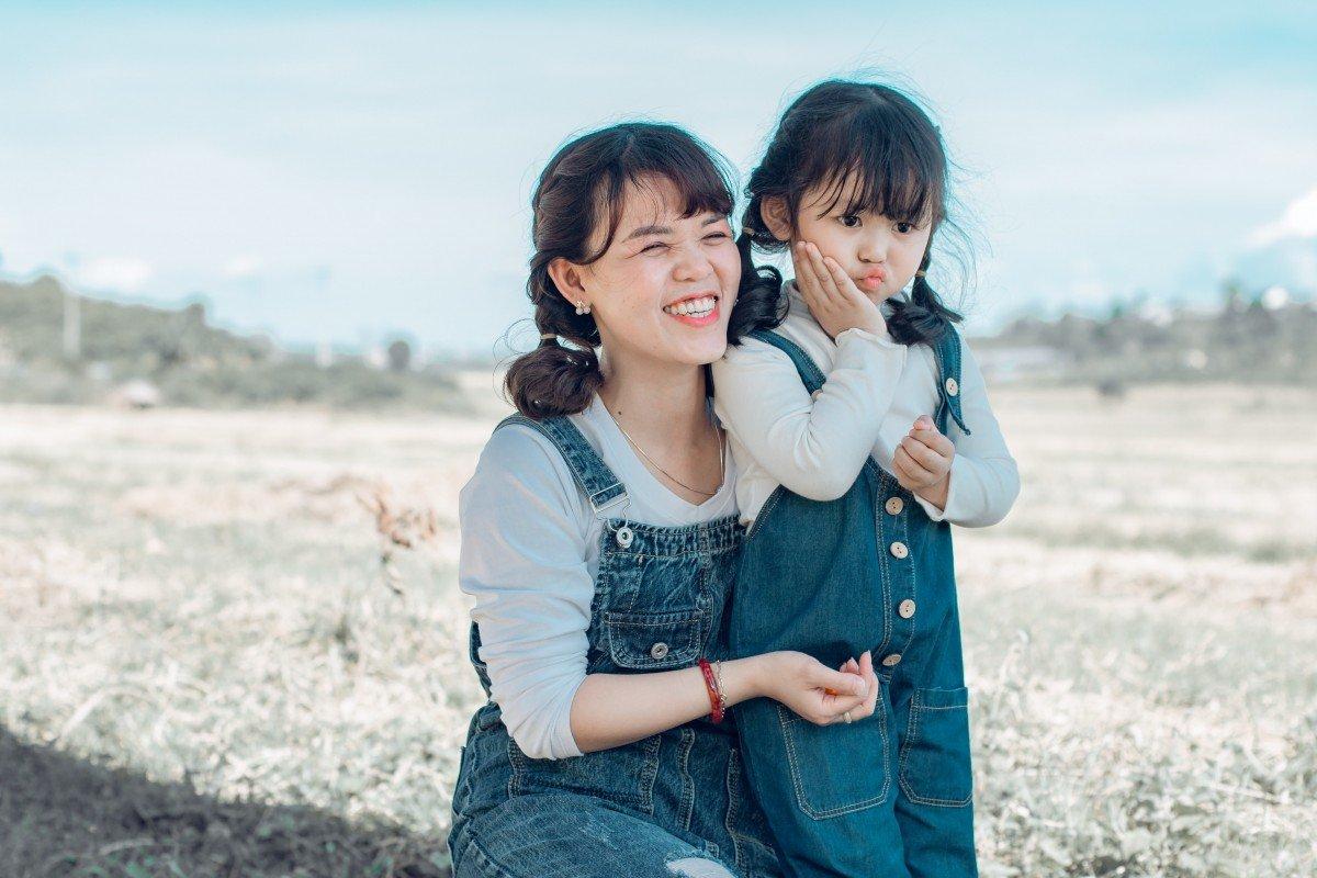Une mère et sa fille qui admirent le paysage. | Image : PxHere