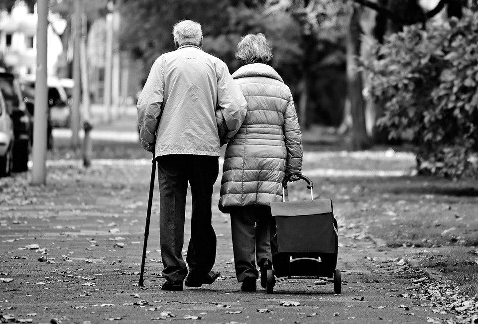 Pareja de ancianos caminando con una pequeña maleta. | Foto: Pixabay