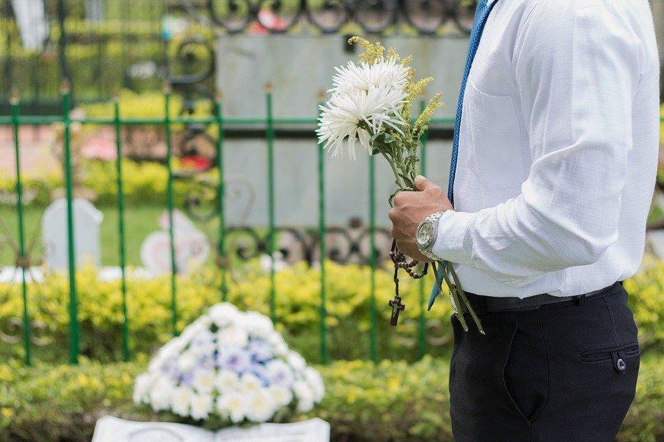 Hombre con flores en el cementerio | Foto: Max Pixel