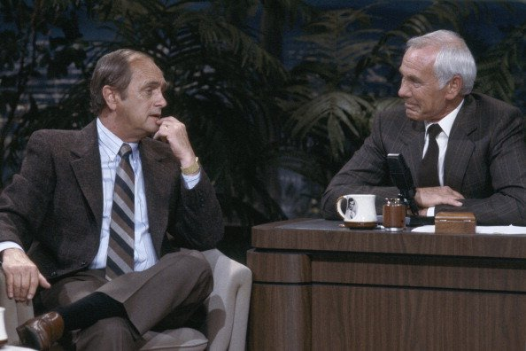 Comedian Bob Newhart during an interview with host Johnny | Photo: Getty Images