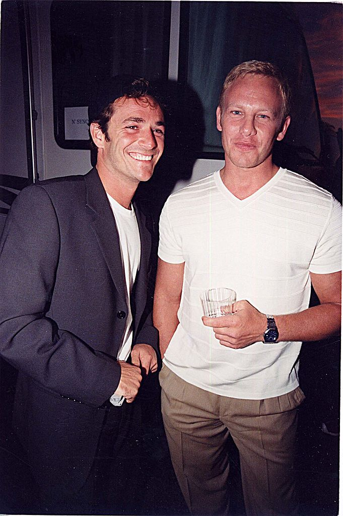 Luke Perry & Ian Ziering at the 1999 Teen Choice Awards in Los Angeles September 10, 1999 | Photo: Getty images