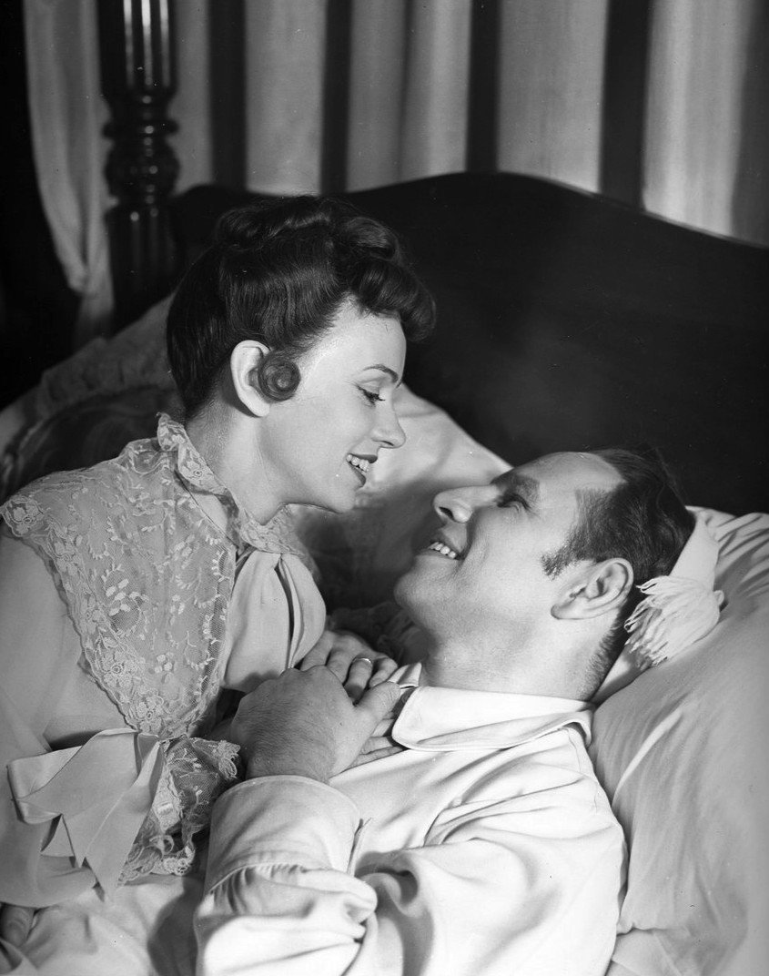 Photo of Jessica Tandy and Hume Cronyn in the Broadway play, The Fourposter, in September 1952 | Photo: Wikimedia Commons