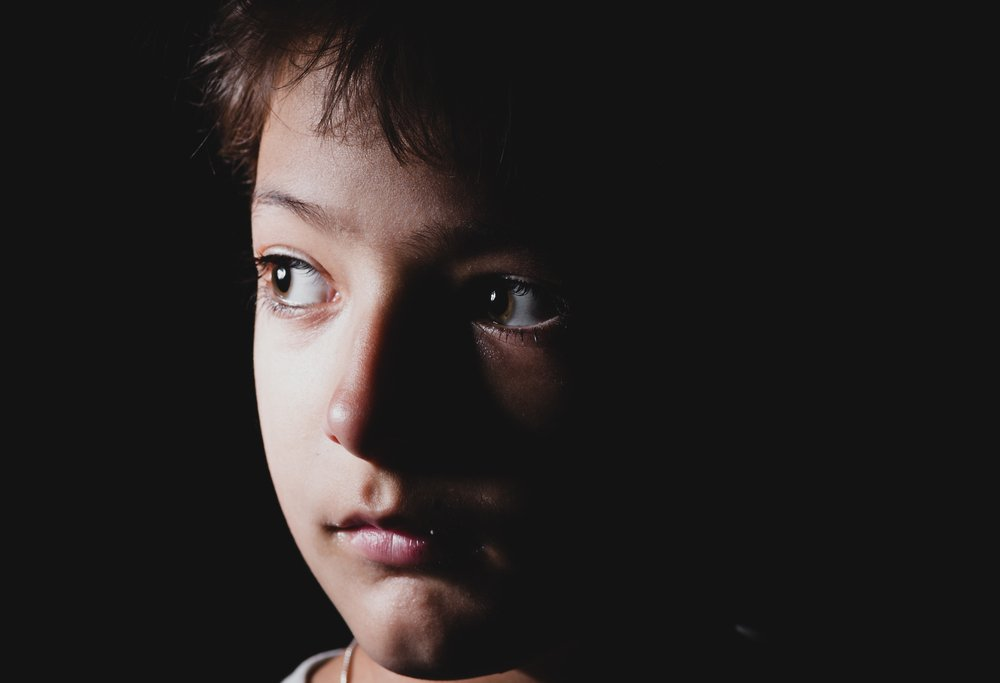 A photo of a boy scared of the dark and staring at a source of light. | Photo: Shutterstock