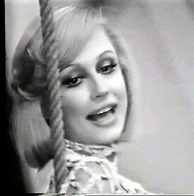 Raffaella Carrà, presentadora y cantante italiana, retratada en un periódico de 1974. | Imagen: Wikipedia