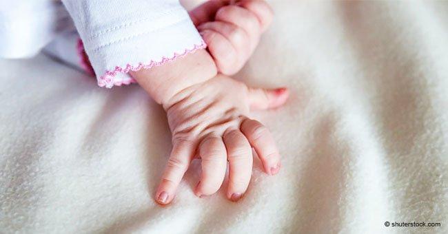 Bebé recién nacido se aferra de doctor por la camisa y no lo suelta por varios minutos