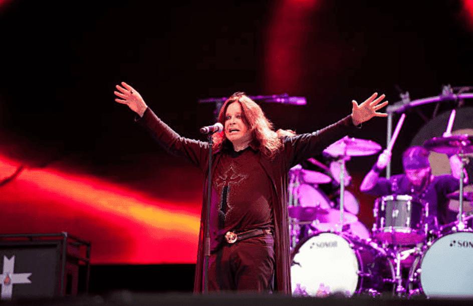 Ozzy Osbourne se tient devant un micro au Download Festival, le 10 juin 2012, à Donington Park   Source : Getty Images