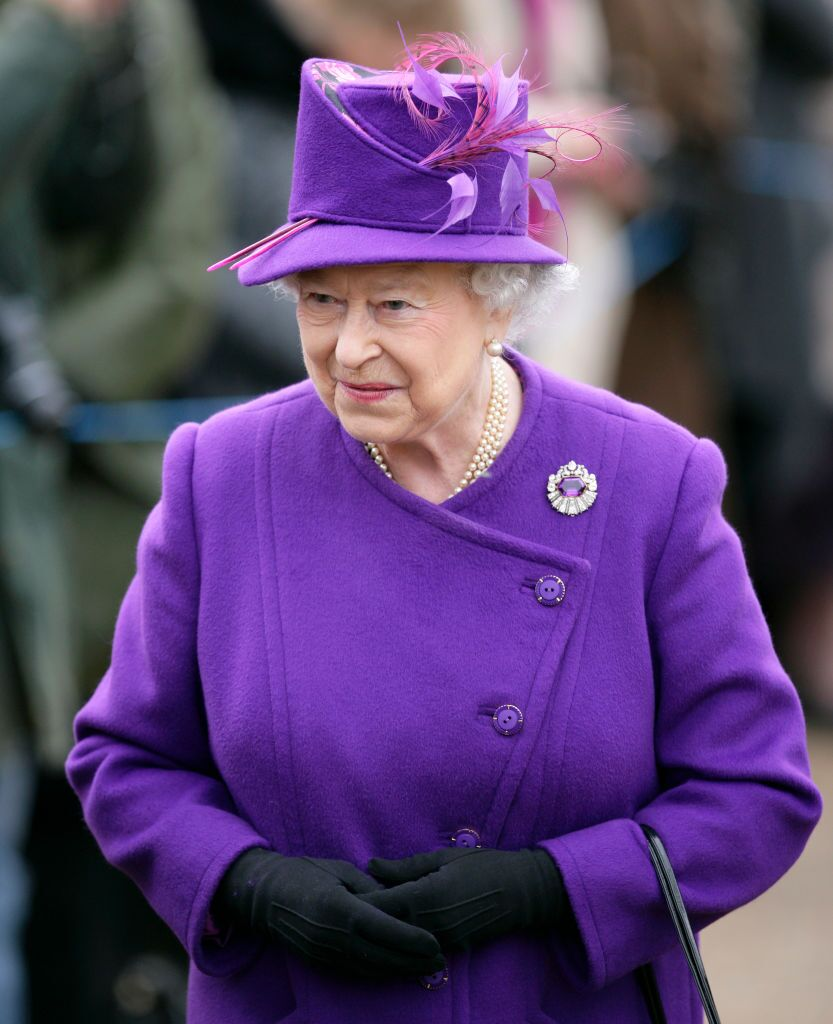 La reine Elizabeth II assiste à un service religieux à l'occasion du 59e anniversaire de son accession au trône, à l'église St Peter and St Paul de West Newton, le 6 février 2011 à King's Lynn, en Angleterre. | Photo : Getty Images