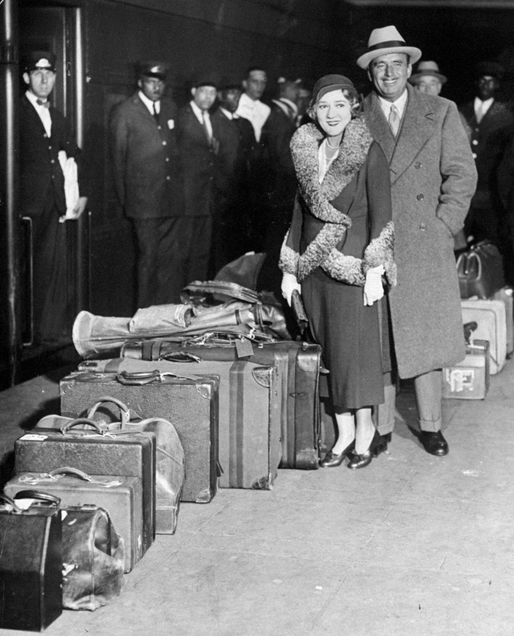 Mary Pickford and Douglas Fairbanks stand at the Grand Central Terminal on November 1, 1931 | Photo: Getty Images