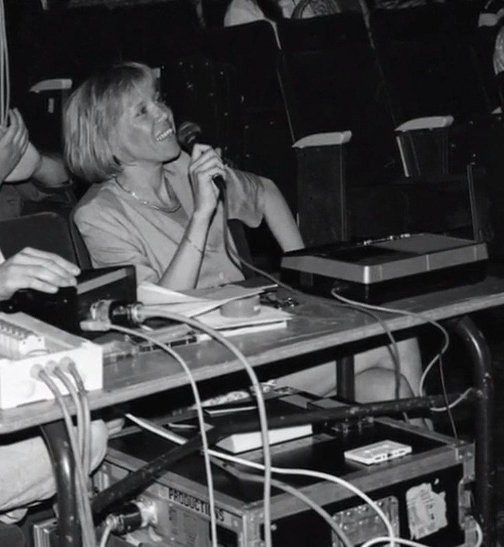 Brigitte Macron dirigeant une pièce de théâtre dans laquelle joue Emmanuel. l Source : Macron, la stratégie du Météore/France3