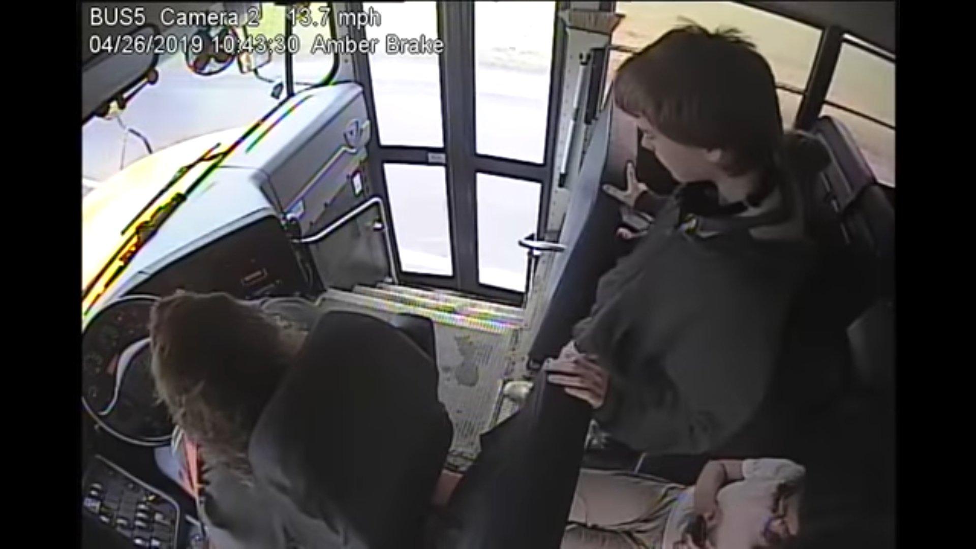 L'adolescent et Samantha Call dans le bus | Source : YouTube/blahblah