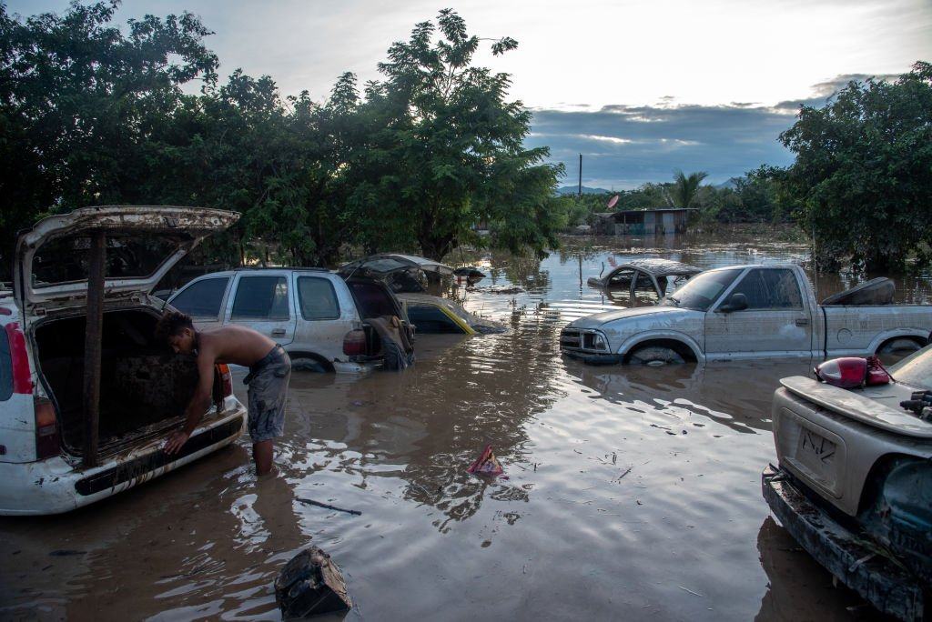 Cars stranded on a highway days after Hurricane Eta hit San Pedro Sula, Honduras. November 7, 2020 | Source: Getty Images