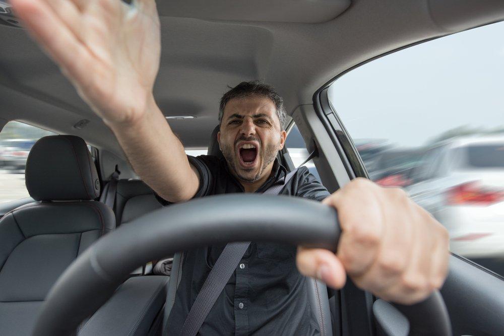 Un homme en colère au volant de son véhicule. | Source : Shutterstock