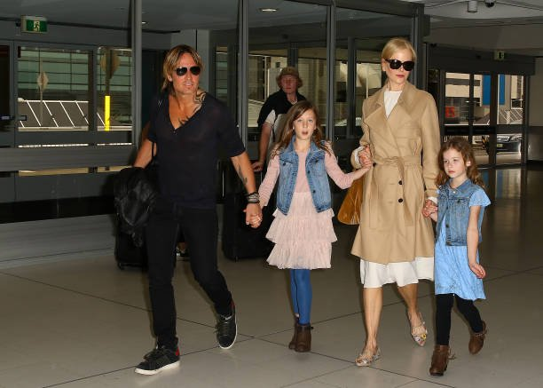 Nicole Kidman and Keith Urban arrive at Sydney airport with their daughters Faith Margaret and Sunday Rose on March 28, 2017, in Sydney, Australia. | Source: Getty Images.