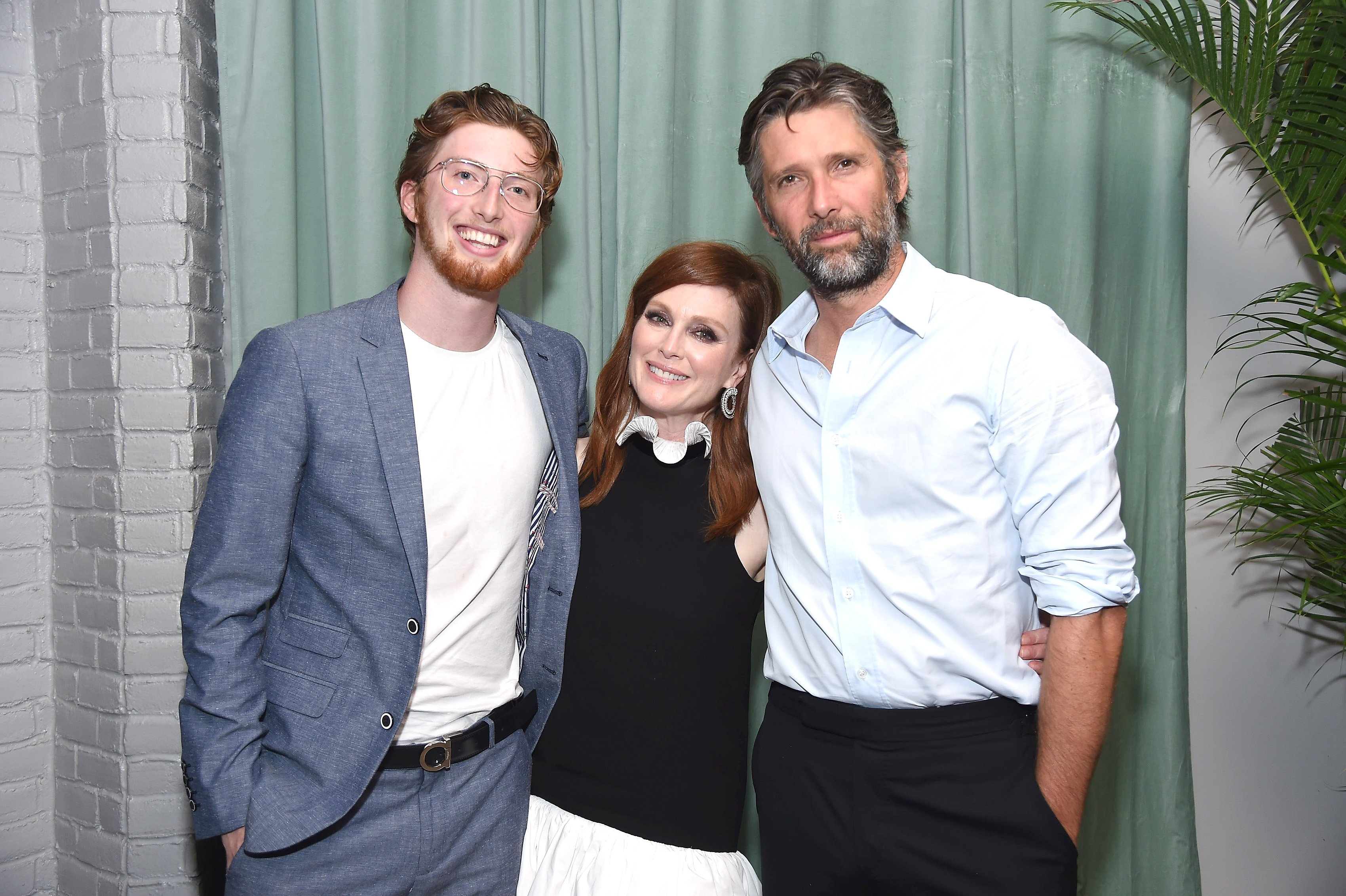 Julianne Moore posed for a picture with her 22-year-old son, Caleb, and husband, Bart Freundlich. | Photo: Getty Images