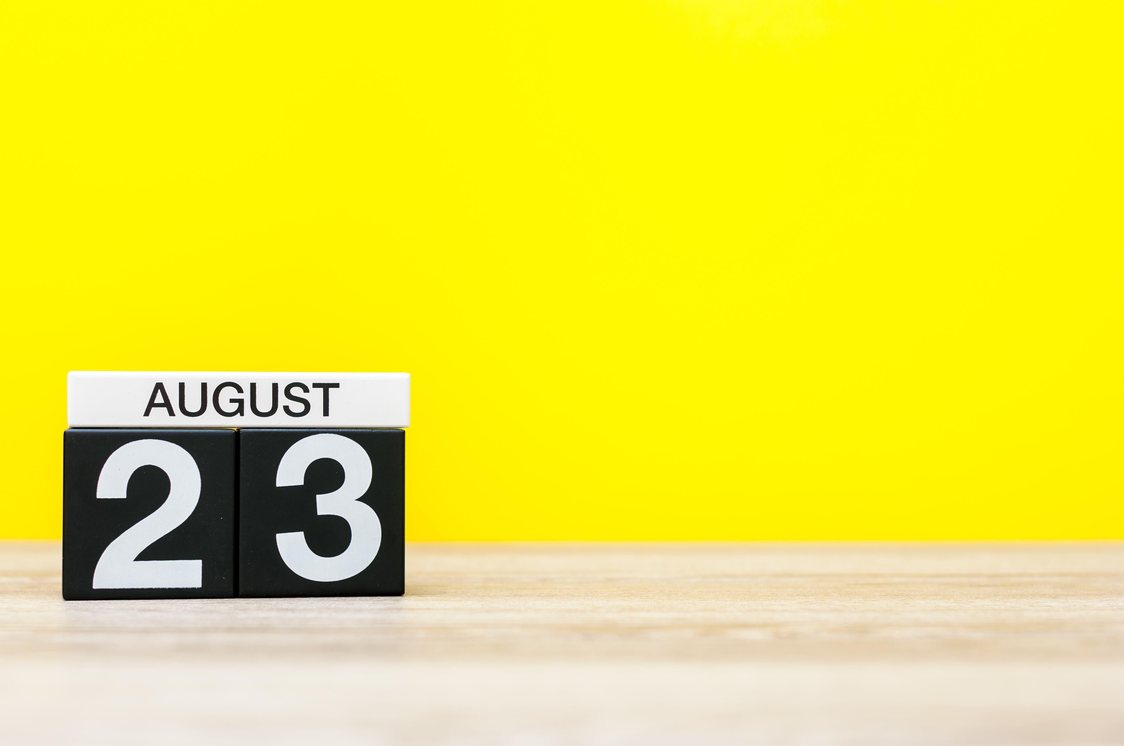23 de agosto marcado en el calendario sobre fondo amarillo. | Fuente: Shutterstock