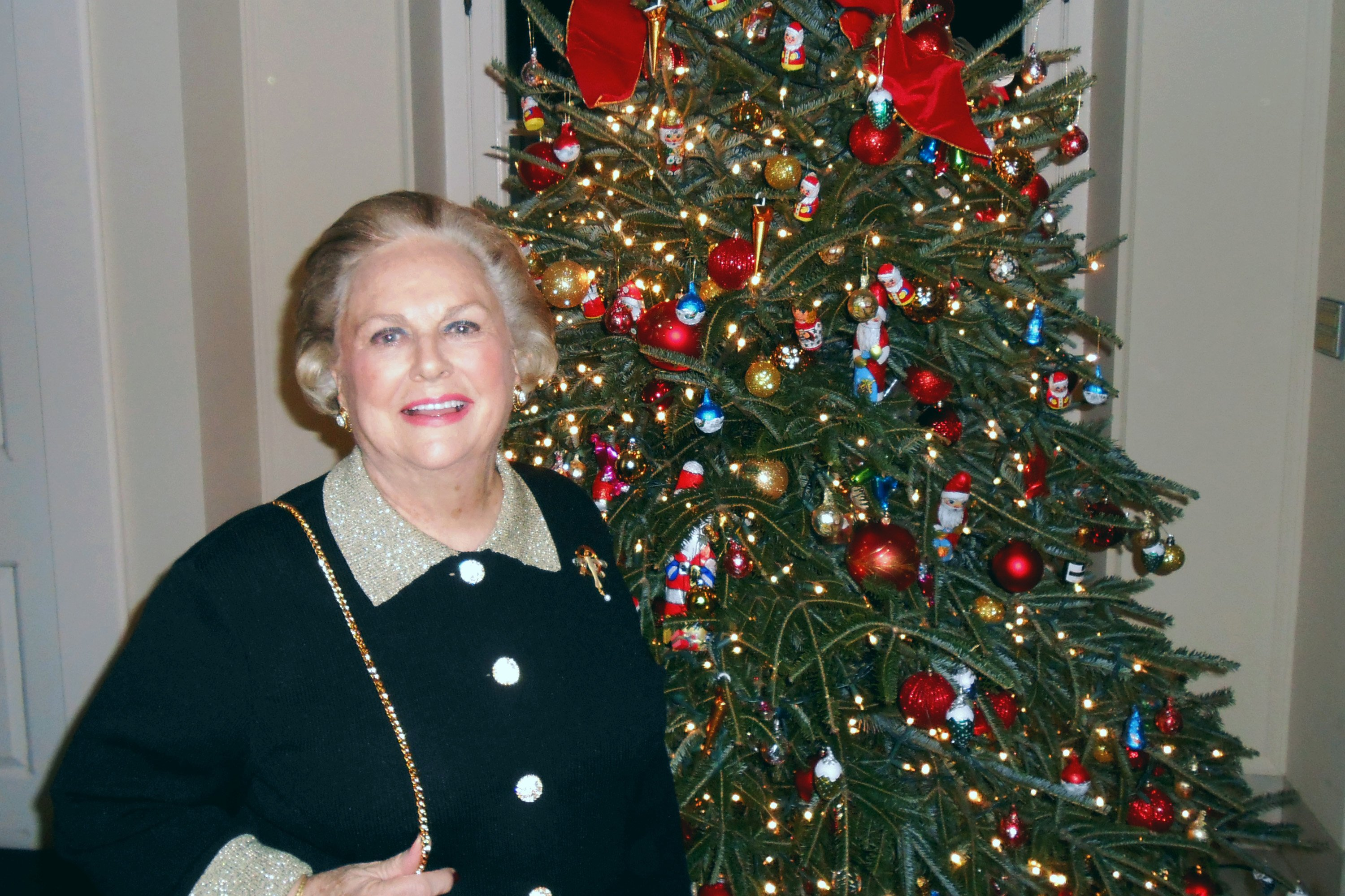 Jacqueline Badger Mars stands by the tree during a cast party held at British Ambassador Peter Westmacott's home in Washington, D.C. on Dec. 13, 2012 | Photo: GettyImages