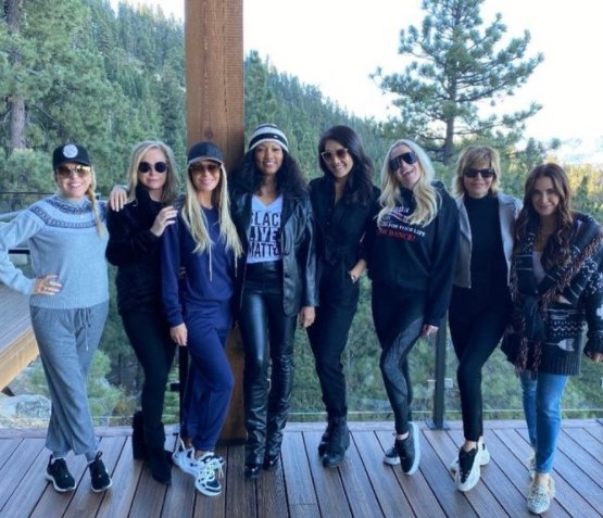 """Lisa Rinna and cast of """"Real Housewives of Beverly Hills"""" posing poolside in Tahoe.   Source: Twitter/lisarinna"""