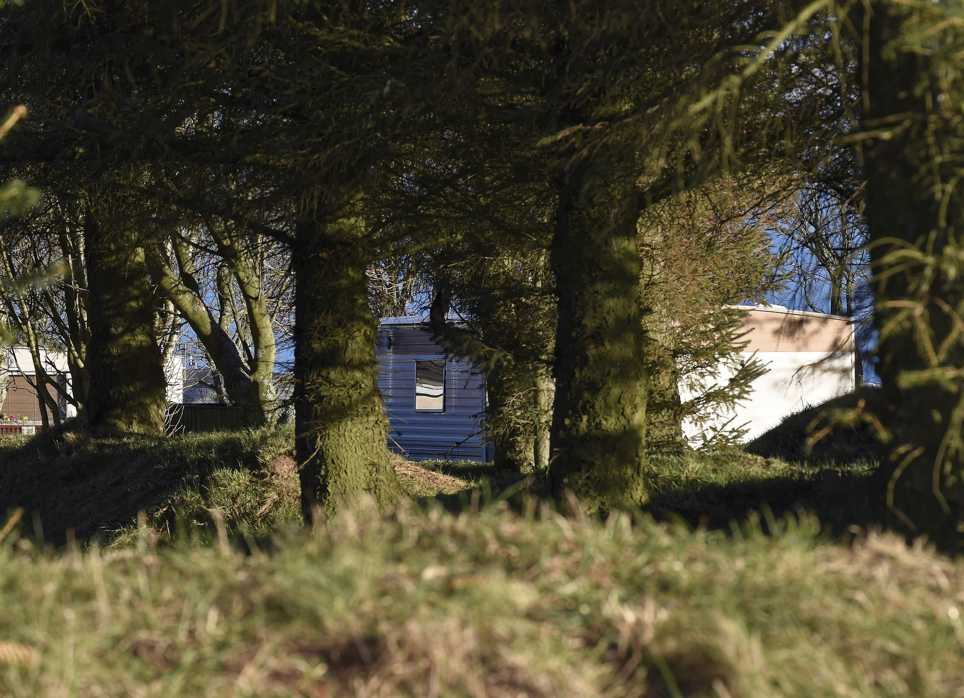Trailer in the woods. | Source: Kevin Phillips/Pixabay