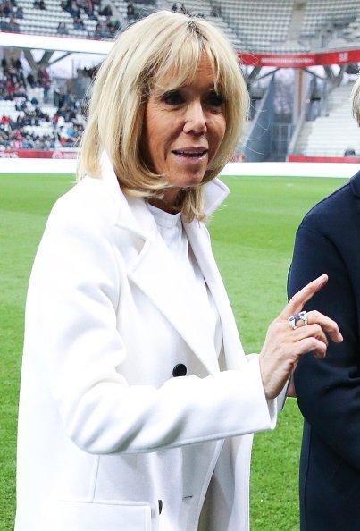Brigitte Macron lors d'un match de charité au profit de la Fondation des Femmes et du Relais 51 entre anciennes joueuses du Stade de Reims et du Varietes Club de France au Stade Auguste Delaune. | Photo: Getty Images
